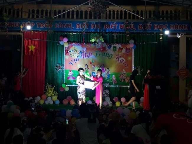 Đại diện học viện Vera Hà Anh trao quà cho nhà trường