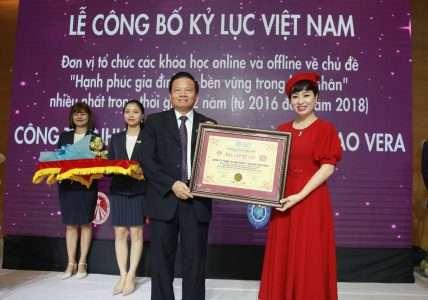 Vera Hà Anh đón nhận bằng xác nhận kỷ lục Việt Nam