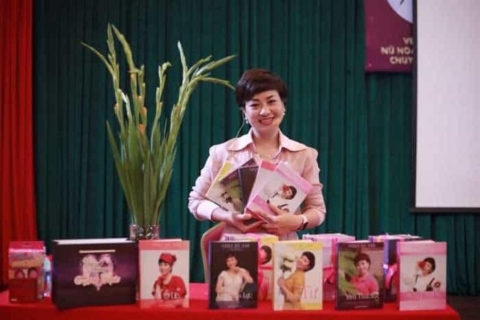 Tác giả Vera Hà Anh không khỏi xúc động khi lần đầu tiên cầm trên tay Bộ sách với đầy tâm huyết, tình yêu – Trí tuệ mà cô dày công nghiên cứu, đúc kết và đưa vào cuộc sống!