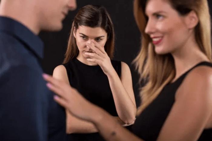 Chàng có quá thân thiết với nữ đồng nghiệp?
