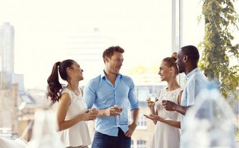 Hãy tìm những chủ đề đơn giản để gợi chuyện trong cuộc giao tiếp